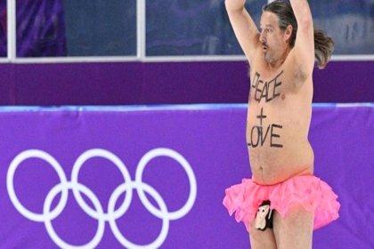 Kış Olimpiyatları'nda şok: Piste atladı, soyunmaya başladı