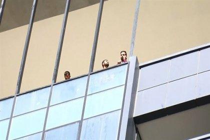 Maaşlarını alamayan işçiler 13'üncü katta eylem yaptı