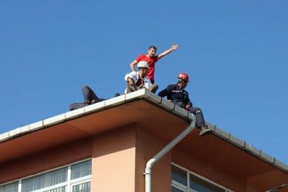Maaşlarını alamayan maden işçileri çatıya çıktı