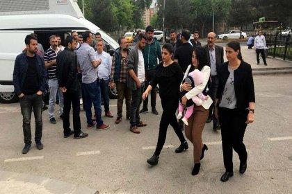 Öğretmen Ayşe Çelik, #çocuklarölmesin dediği için bebeğiyle cezaevine girdi