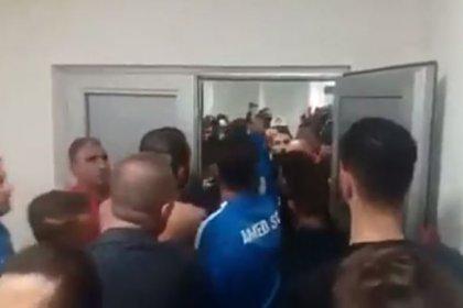 Sakaryaspor-Amedspor maçında statta 'Ölürüm Türkiyem' şarkısı çalındı, taraftarlar Amedspor'un soyunma odasını bastı