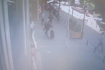 Sokak ortasında eşini döven adama vatandaştan uçan kafa