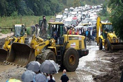 Trabzon'da sel ve heyelan nedeniyle karayolu ulaşıma kapandı