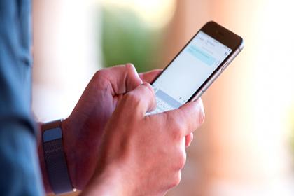 Uzmanlar uyardı: Cep telefonunu iki elle kullanmayın