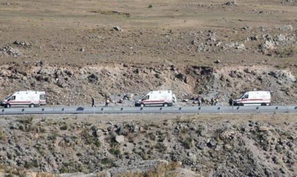 Ağrı'da minibüs şarampole uçtu: 2 ölü, 30 yaralı