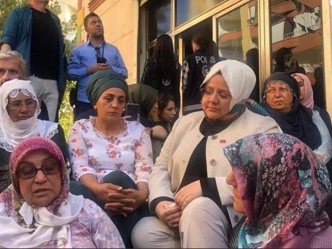 Ahmet Hakan'dan HDP il binası önündeki oturma eylemine katılan Aile Bakanı'na tepki: Bakan hanım ne yapıyorsunuz?