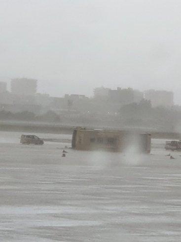 Antalya Havalimanı'nda fırtına nedeniyle otobüs devrildi