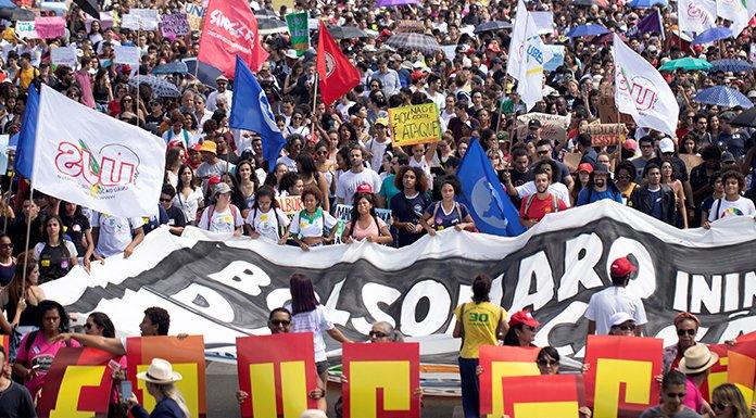 Bolsonaro'dan bütçe kesintisini protesto eden öğrencilere: Embesiller, suyun formülünü sorsan bilemezler