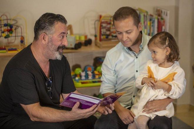 Cem Yılmaz 1 Milyon Kitap projesine destek için çocuklara kitap okudu