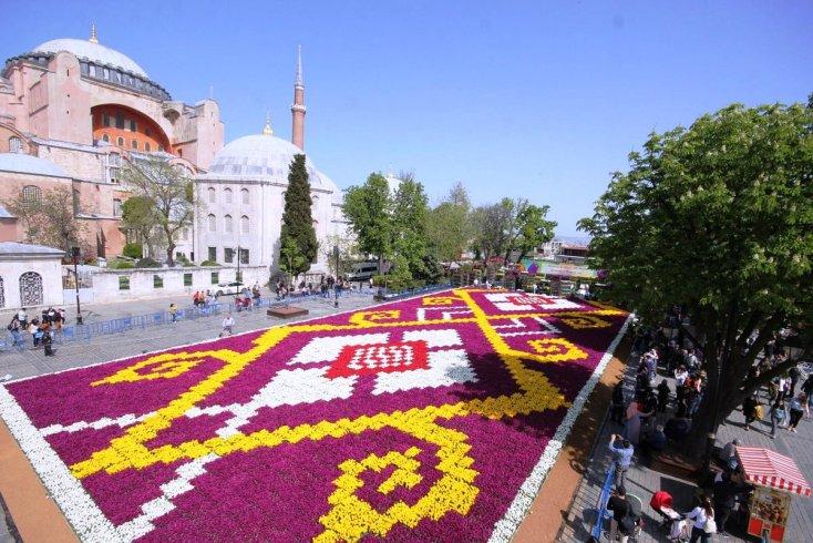 Dünyanın en büyük Lale Halısı Sultanahmet Meydanı'nda İstanbullularla buluştu