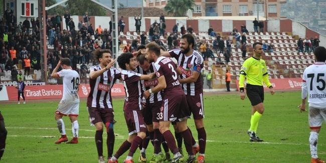 Hatayspor Başakşehir'i 4-1 yenerek kupadan eledi, tribünden 'hükümet gelsin, sizi kurtarsın' sloganı yükseldi