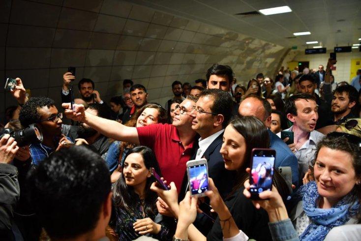 İmamoğlu Maslak metrosunda gençlerle buluştu