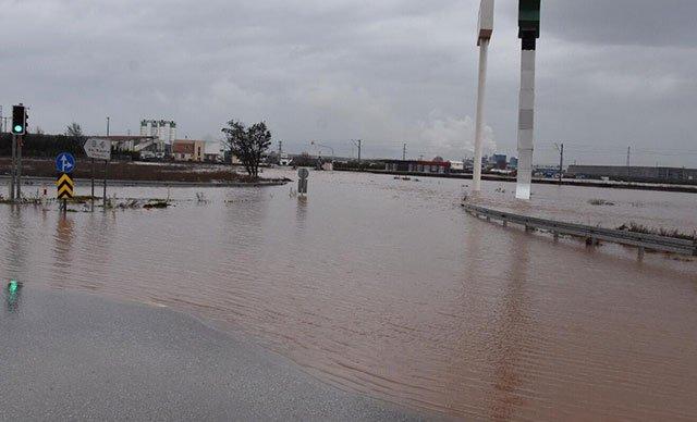 İstanbul-İzmir yolu su altında kaldı