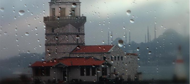 İstanbul'da gece çatılar uçtu ağaçlar devrildi, can kaybı yok