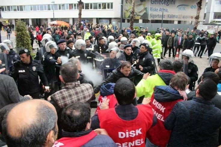 İzmir Büyükşehir Belediyesi önünde basın açıklaması yapmak isteyen işçilere müdahale: 9 kişi gözaltında