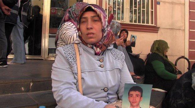 Kayıp çocuğu için başvuruları sonuçsuz kalan anne, sesini duyurmak için HDP önündeki eyleme katıldı: Şüphelendiğim kimse yok, belki bir gören olur