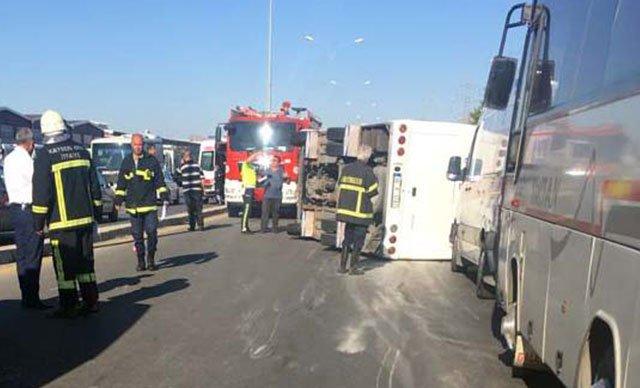 Kayseri'de işçi servisiyle kamyonet çarpıştı: 22 yaralı