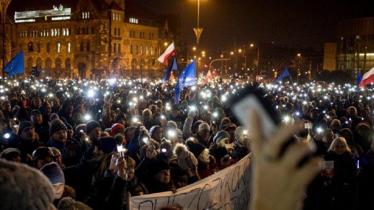 Polonya'da hükümet yargıya müdahale etti, binlerce kişi sokaklara döküldü
