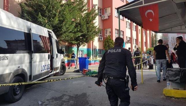 Servis aracı okul bahçesinde 8 yaşındaki öğrenciye çarptı