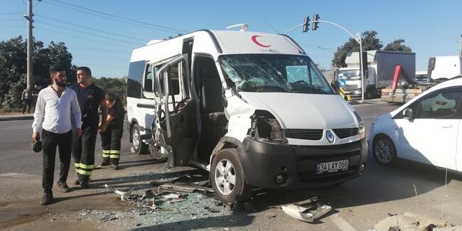 Servis otobüsü, minibüse çarptı: 6 yaralı