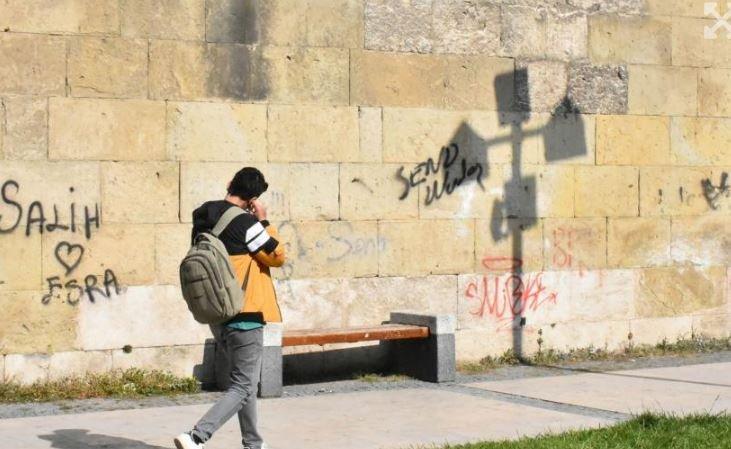 Sivas'taki Şifaiye Medresesi'nin duvarları yazı tahtasına döndü