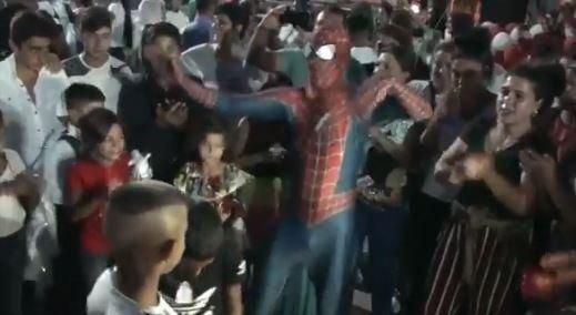 Spider Man, sünnet töreninde Roman havası oynadı!