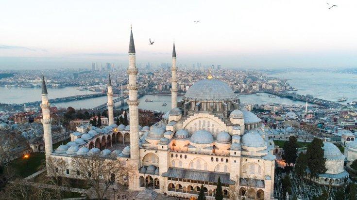 Süleymaniye'nin duvarına kablo geçirmek için delik açtılar!