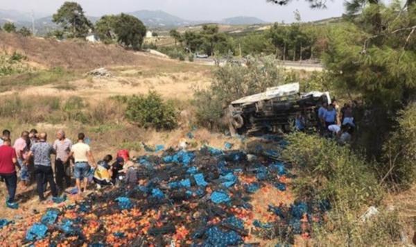 Tarım işcilerini taşıyan kamyon devrildi: 2 ölü 13 yaralı