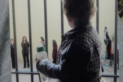 Adalet Bakanlığı'ndan anneleriyle cezaevinde kalan çocuklar için 'ev tipi hapishane'