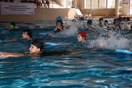 Adana Büyükşehir Belediyesi, boğulmaların önüne geçmek için 28 açık havuzda yüzme eğitimi veriyor