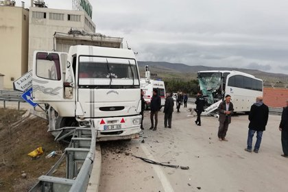 Amasya'da yolcu otobüsü ile kamyon çarpıştı: 15 yaralı