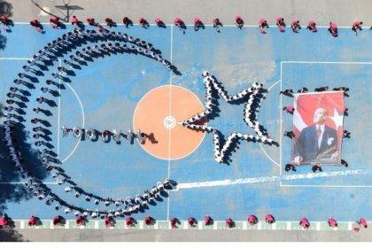 Antalya'da 300 lise öğrencisi, bedenleriyle ay yıldız oluşturdu