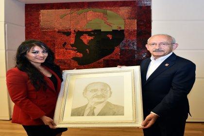 Ayşe öğretmen, Kılıçdaroğlu'nu ziyaret etti, karakalem tablo hediye etti
