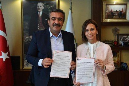 """Başkan Soner Çetin """"Kadın Dostu Kent Taahhütnamesi""""ni imzaladı"""