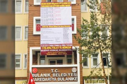 Bulanık'ta kaymakam, belediyenin 'borç bilgilendirme' pankartını indirtti