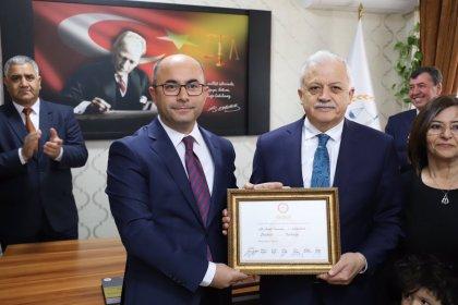 Burhaniye Belediye Başkanı seçilen Ali Kemal Deveciler mazbatasını aldı