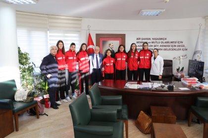 Burhaniye Belediyespor Bayan Basketbol Takımı'ndan Ali Kemal Deveciler'e tebrik ziyareti