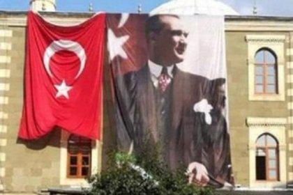 Camiye asılan Türk ve Atatürk bayrağını çaldılar
