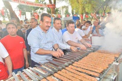 Çukurova Belediye Başkanı Çetin sözünü tuttu: İmamoğlu'nun zaferi kebap partisi ile kutlandı