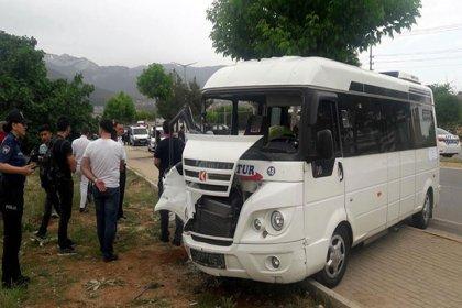 Denizli'de öğrenci servisiyle cip çarpıştı: 14 yaralı