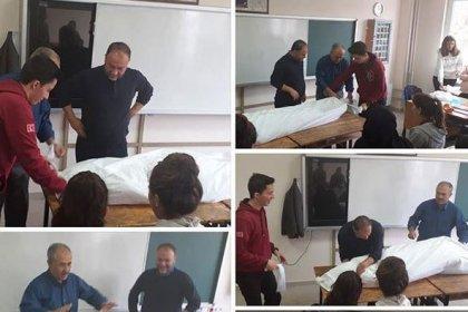 Din öğretmeni, önce 'ölü nasıl kefenlenir' dersi verdi, sonra öğrencileri mezarlığa götürdü!
