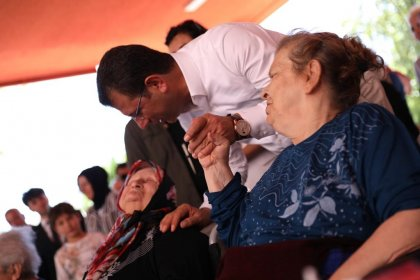 Ekrem İmamoğlu ailesiyle birlikte Darülaceze ve itfaiyeyi ziyaret etti