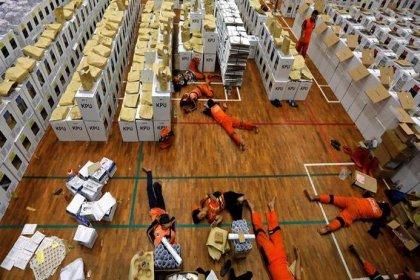 Endonezya'da 17 Nisan'da yapılan seçimlerin ardından 300'den fazla sandık görevlisi yorgunluktan hayatını kaybetti