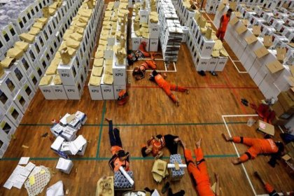 Endonezya'daki  seçim sonrası ölen sandık görevlisi sayısı 318'e yükseldi... Sayım 22 Mayıs'a kadar sürecek