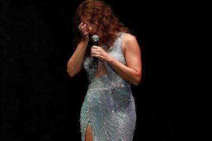 Funda Arar konserde gözyaşlarını tutamadı: 'Bu şarkıda aklıma şiddet gören kadınlar geliyor'