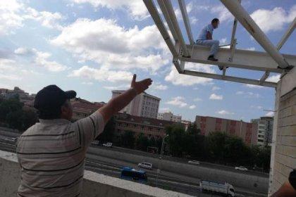 Gebze'de parasını alamayan işçi inşaatın çatısına çıktı