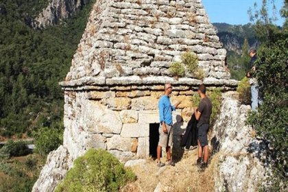 Halkın yıllarca türbe sanıp ziyaret ettiği mezar bir gladyatöre ait çıktı