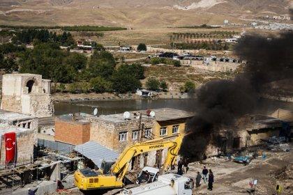 Hasankeyf'te yıkım isyanı: Tarihi çarşı boşaltıldı, esnaf dükkanını yaktı