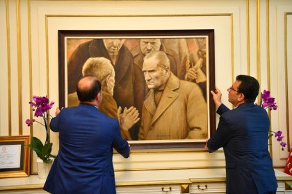 İmamoğlu, beklenen Atatürk tablosunu İBB duvarına kendi elleriyle astı