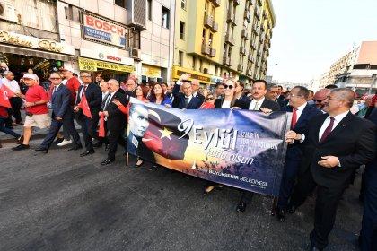 İzmir'in kurtuluşunun 97. yıl dönümünde 350 metrelik Türk bayrağı